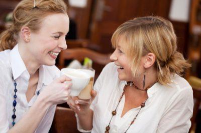 freundinnen reden im café